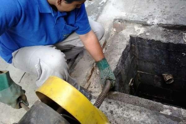 Desentupimento em rede de esgoto no Santo Inácio