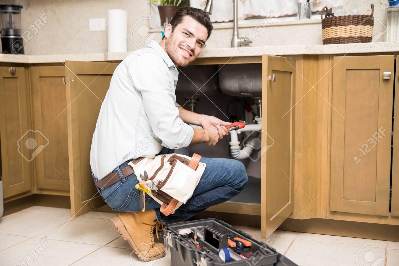 Quais ferramentas são necessárias para reparos de encanamento?