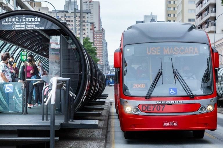 Câmara de Curitiba (PR) aprova urgência para votar prorrogação de socorro financeiro a empresas de ônibus